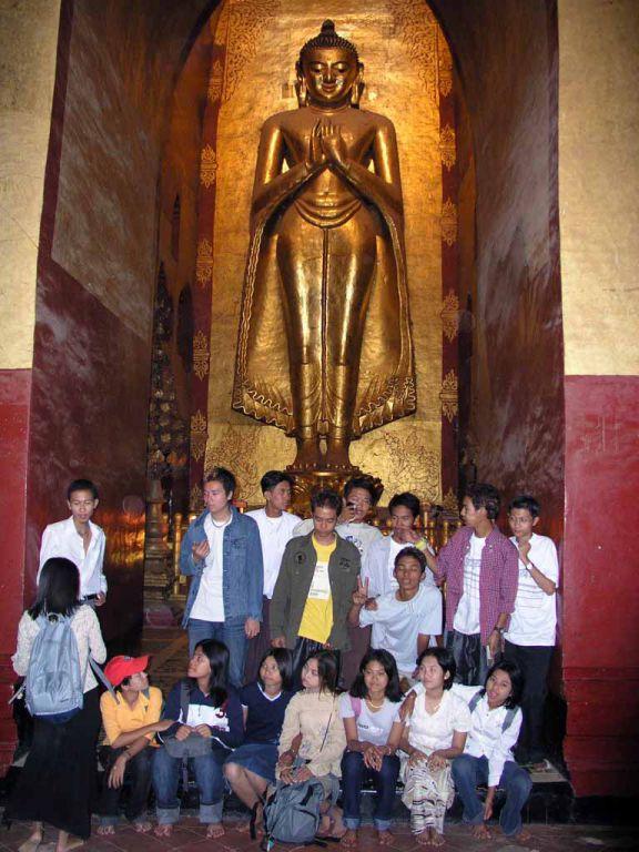 Bagan, Schulklasse vor einer Buddhastatue im Ananda Tempel