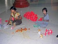 Yangon, Opfergabenherstellung vor der Shwedagon Pagode