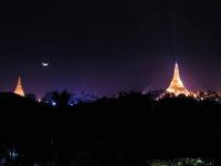 Yangon, Mond über der Shwedagon Pagode