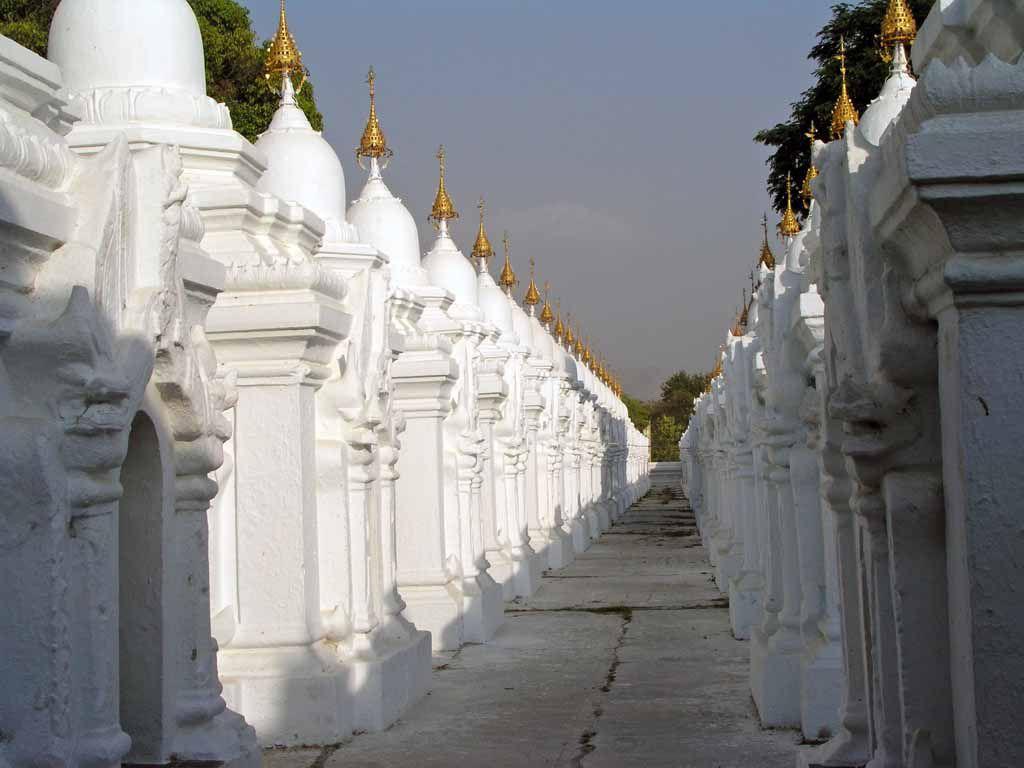 """Mandalay, in der Kutho-daw-Pagode, """"dem größten Buch der Welt"""""""