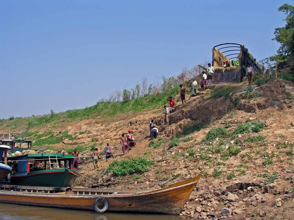Inwa, entladen eines Schiffes am Myitnge Fluss