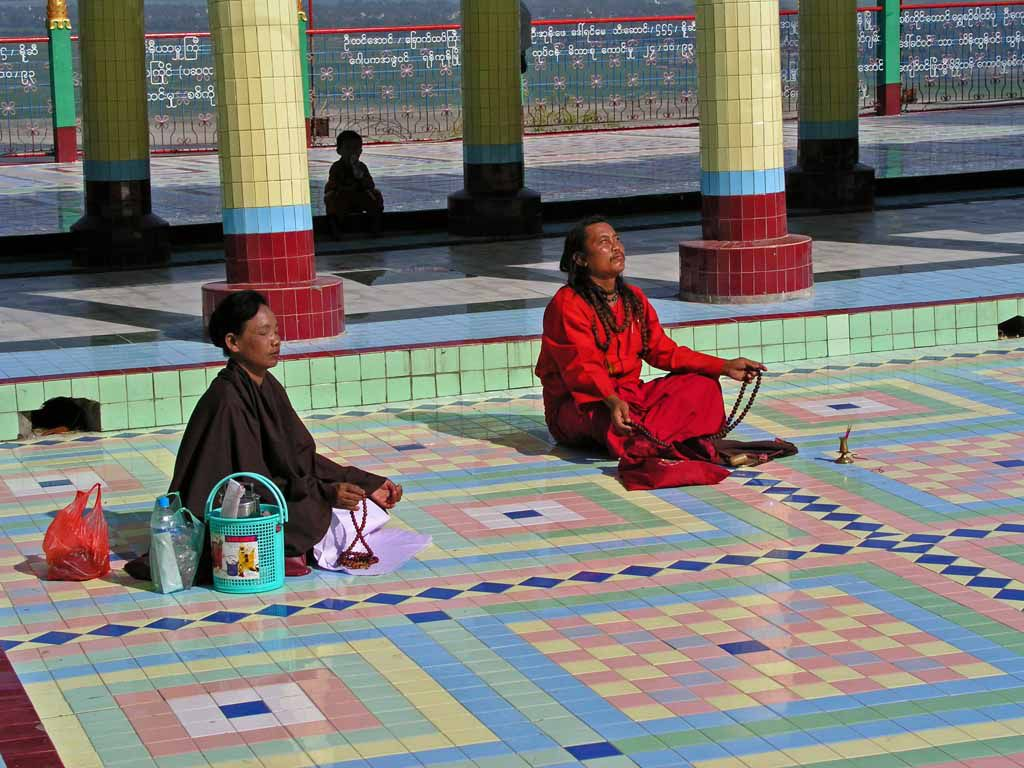 Sagaing, Andacht in der Sun-U-Ponnya-Shin-Pagode