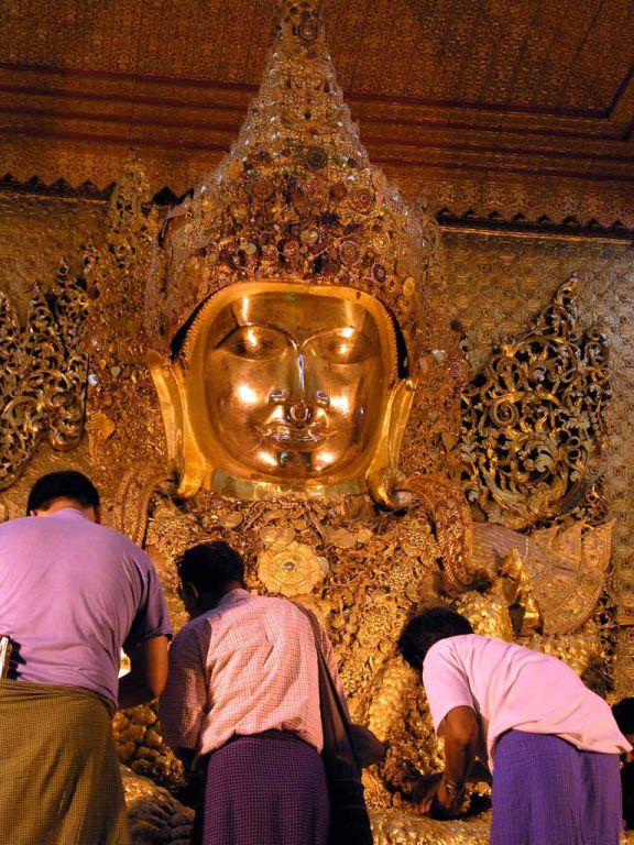 "Mandalay, der ""Blattgoldbuddha"" in der Mahamuni Pagode"