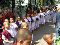 Amarapura, Speisung von Novizen und Waisenkindern