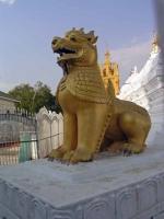 Mandalay, Löwenfigur in der Kutho-daw-Pagode