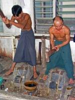 Mandalay, Goldschläger bei der Arbeit