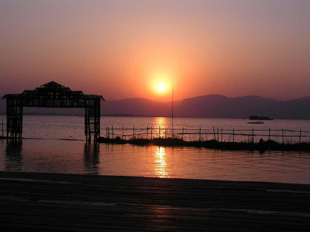 Maing Thauk, Sonnenuntergang im Paradise-on-the-Lake Hotel