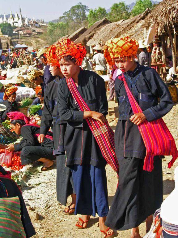 Pa-O Frauen in typischer Tracht auf dem Markt in Taung To