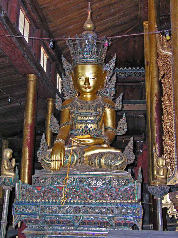Buddhastatue im Kloster der springenden Katze, dem Nga Phe Chaung