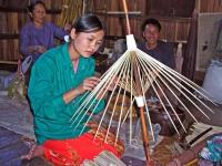 Herstellung von Schirmen bei einer Familie auf dem See