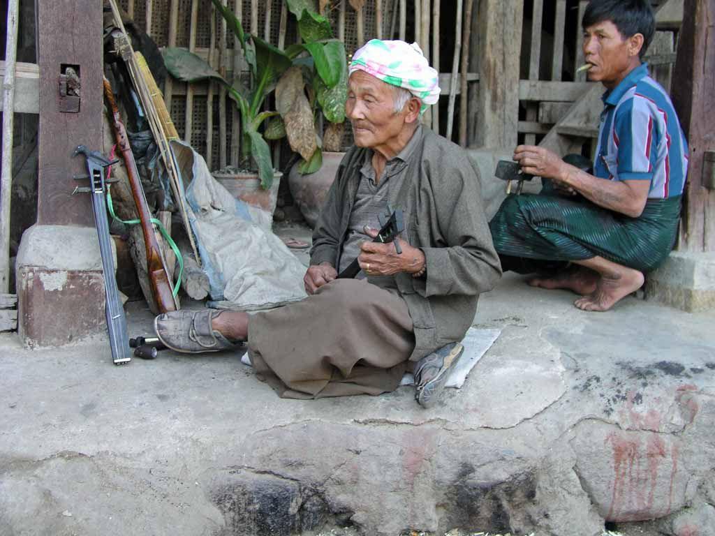 Dorf bei Kyaingtong, alter Mann mit Sohn