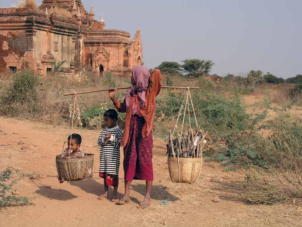 Bagan, Frau mit Kindern