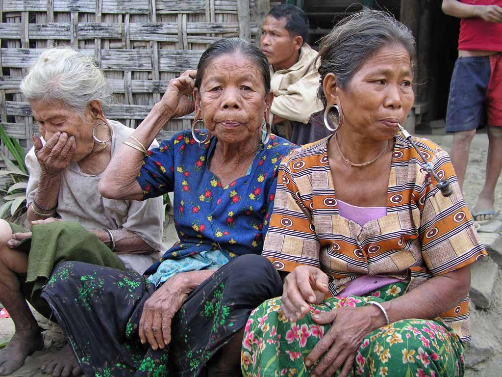 Mrauk U, alte Frauen