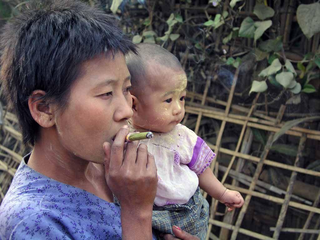 Mrauk U, Mutter mit Kind und Zigarette