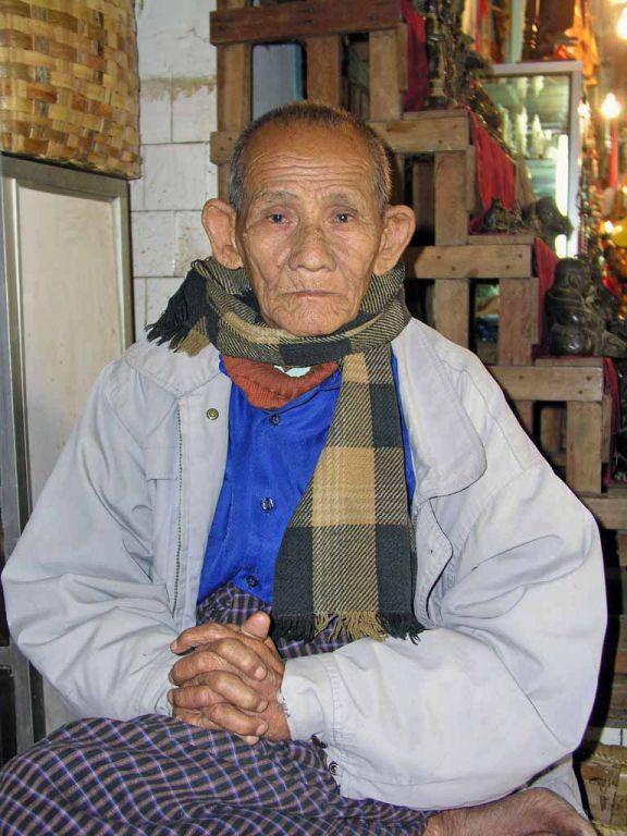 Mandalay, alter Mann in der Mahamuni Pagode