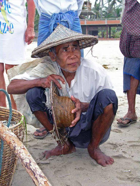 Ngwe Saung, alter Mann am Strand wartet auf Essen