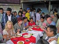 Monywa, gemeinsames Essen auf einer Hochzeitsfeier