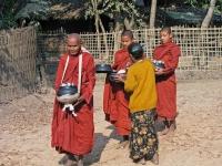 Vesali, Mönche beim Essen sammeln