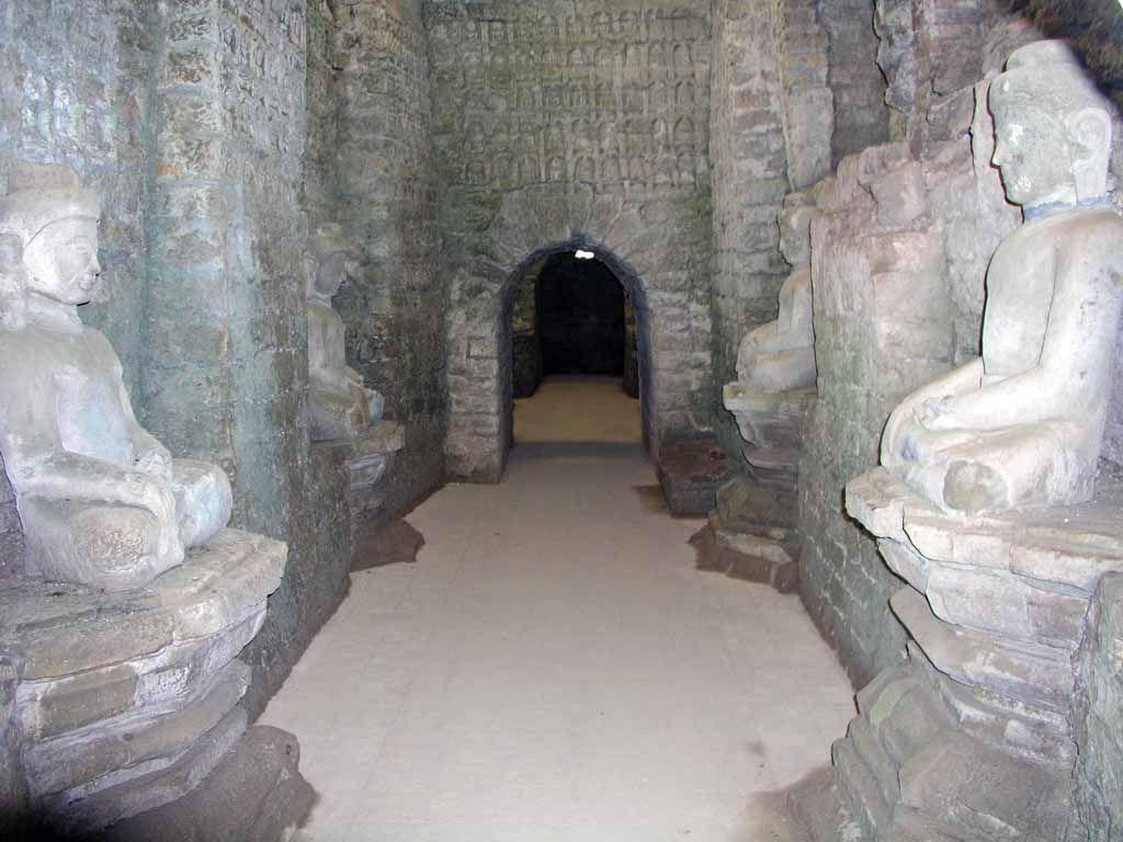 Mrauk U, Buddhastatuen im Koe-Thaung Tempel