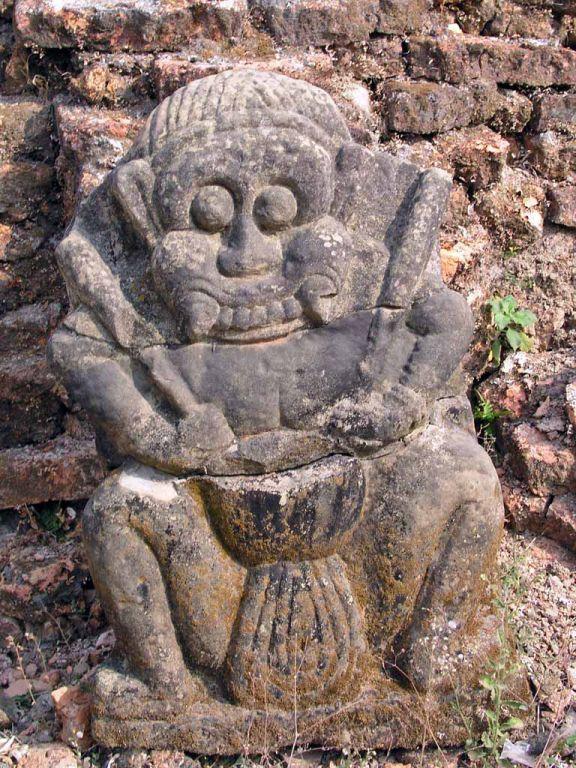 Mrauk U, Statue am Koe-Thaung Tempel