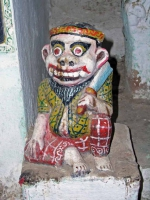 Mrauk U, Statue an der Shit-Thaung-Pagode