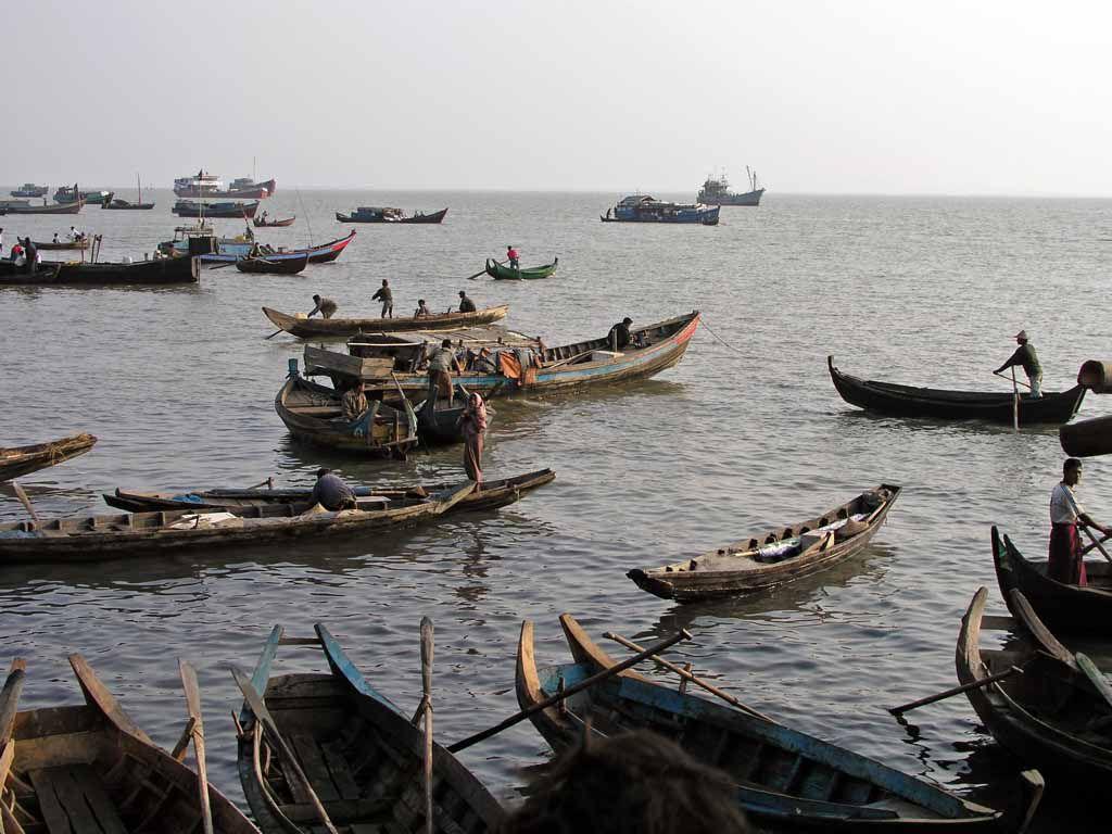 Sittwe, Fischerboote vor dem Markt