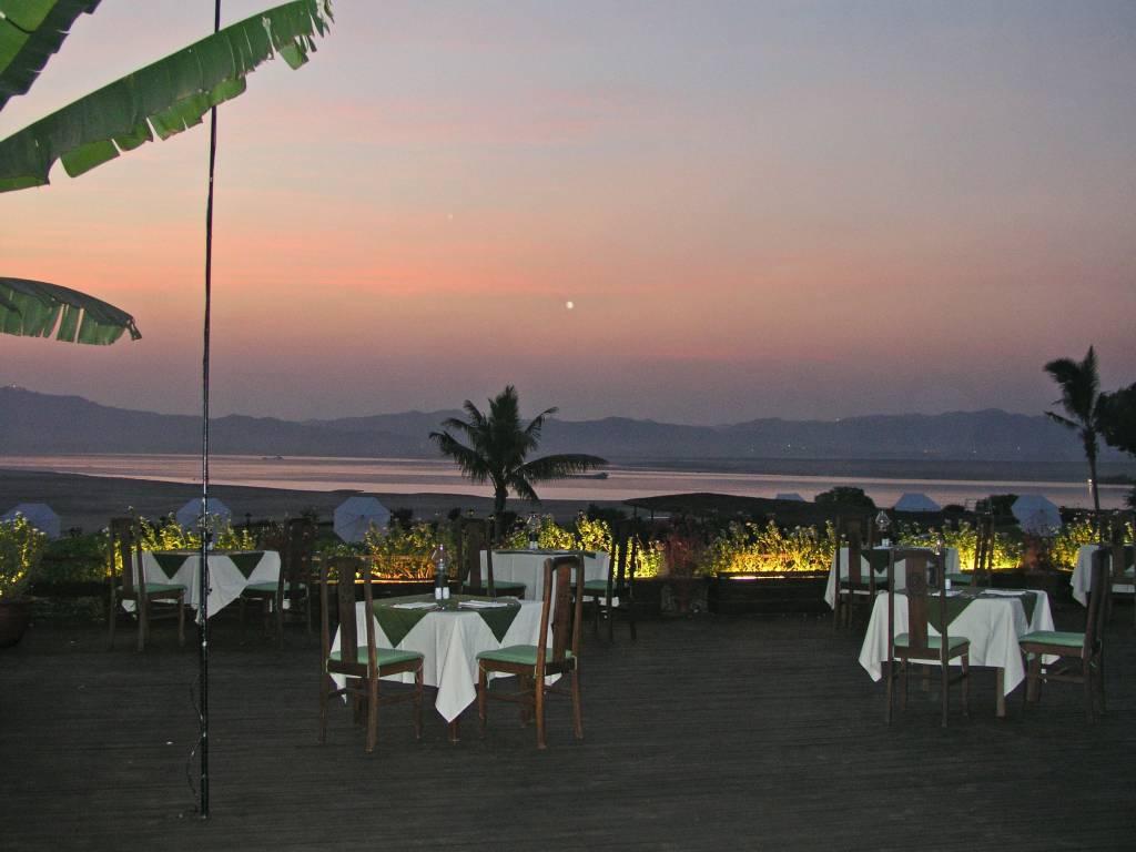 Nyaung U, Bagan, Sonnenuntergang im Hotel am Ayeyarwady Fluss