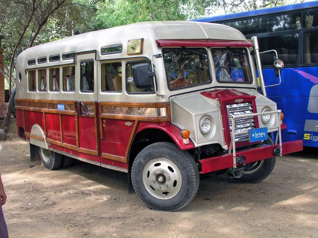 Nyaung U, Bagan, Oldtimer Bus