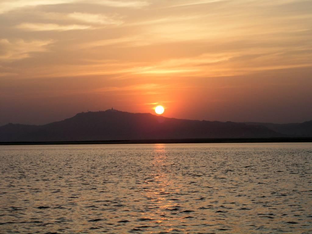 Nyaung U, Bagan, Nyaung U, Bagan, Sonnenuntergang auf dem Ayeyarwady Fluss