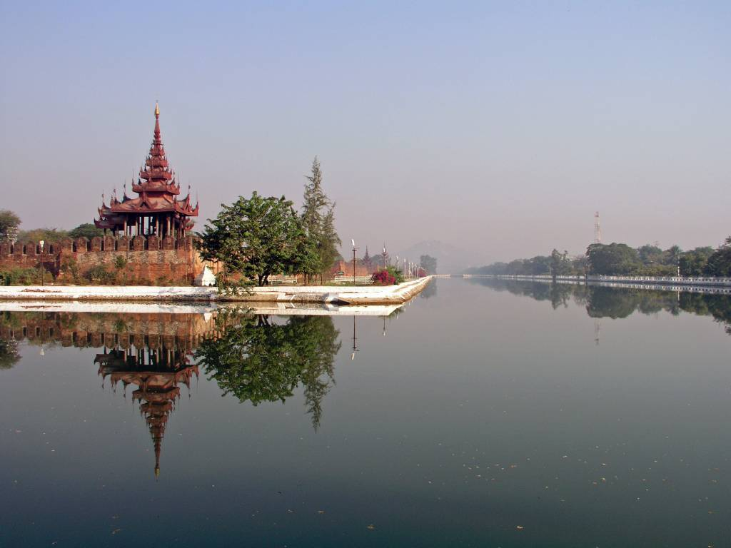 Mandalay, Blick vom Wassergraben am alten Königspalast in Richtung Mandalay Hill
