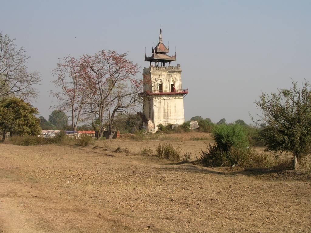 Inwa, Thabyedan, Schiefer Turm