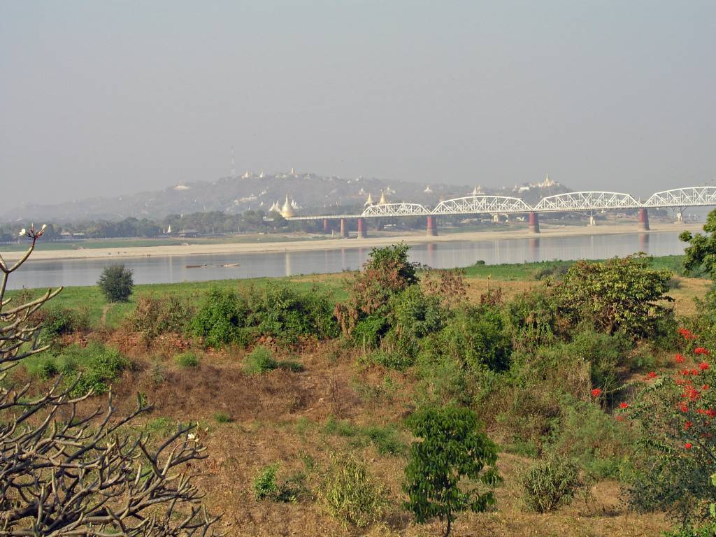 Inwa, Thabyedan, Blick auf die Irrawaddy Brücke