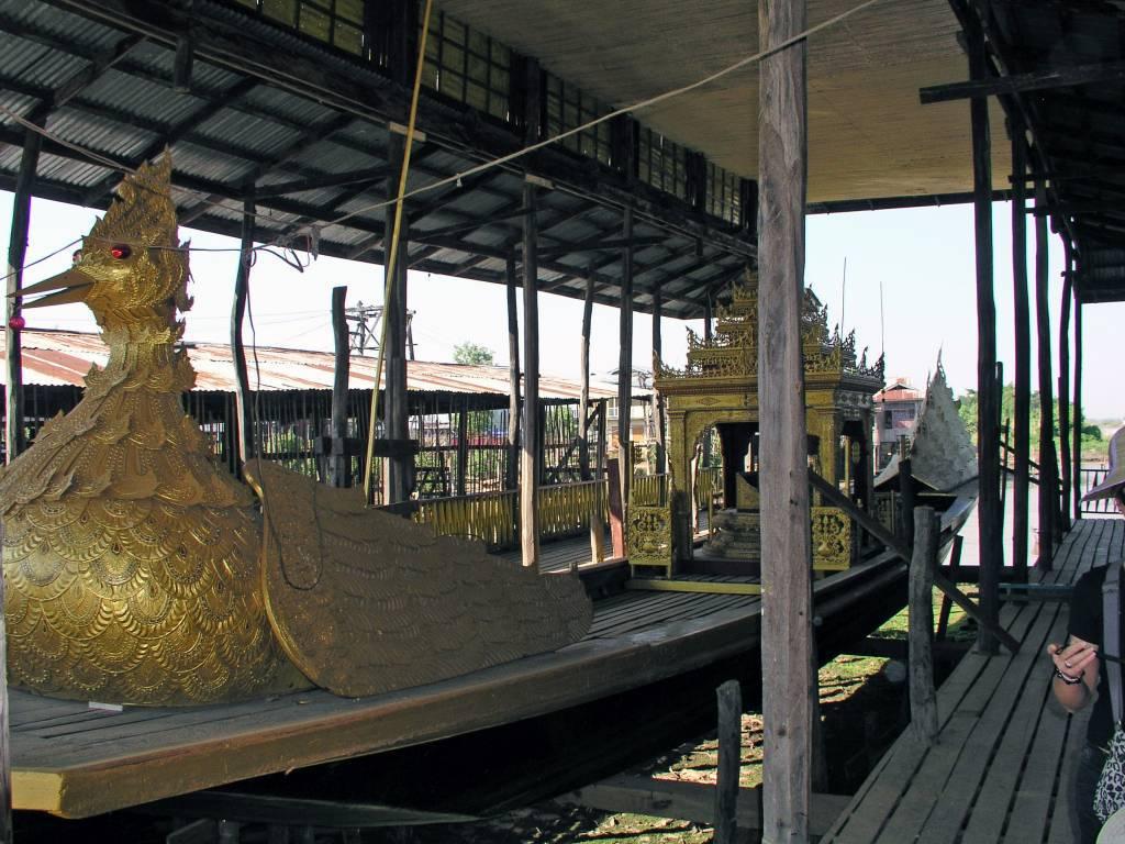 Taunggyi, Inle See, Karaweik Schiff
