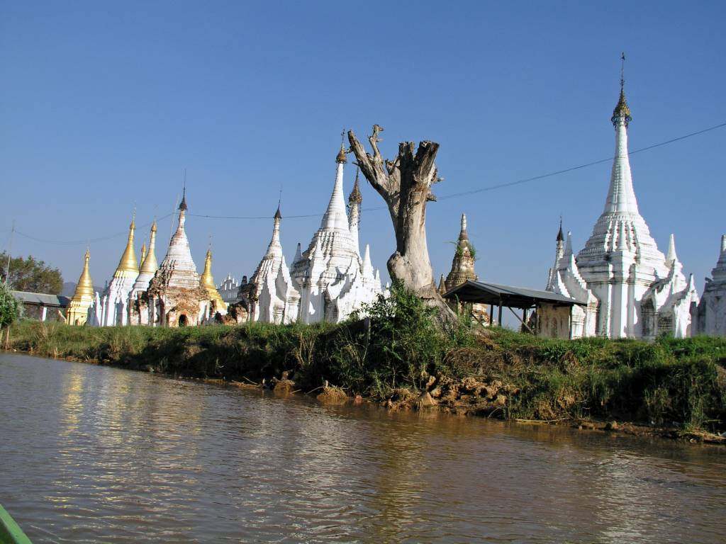 Taunggyi, Inle See, Pagoden am Wasser