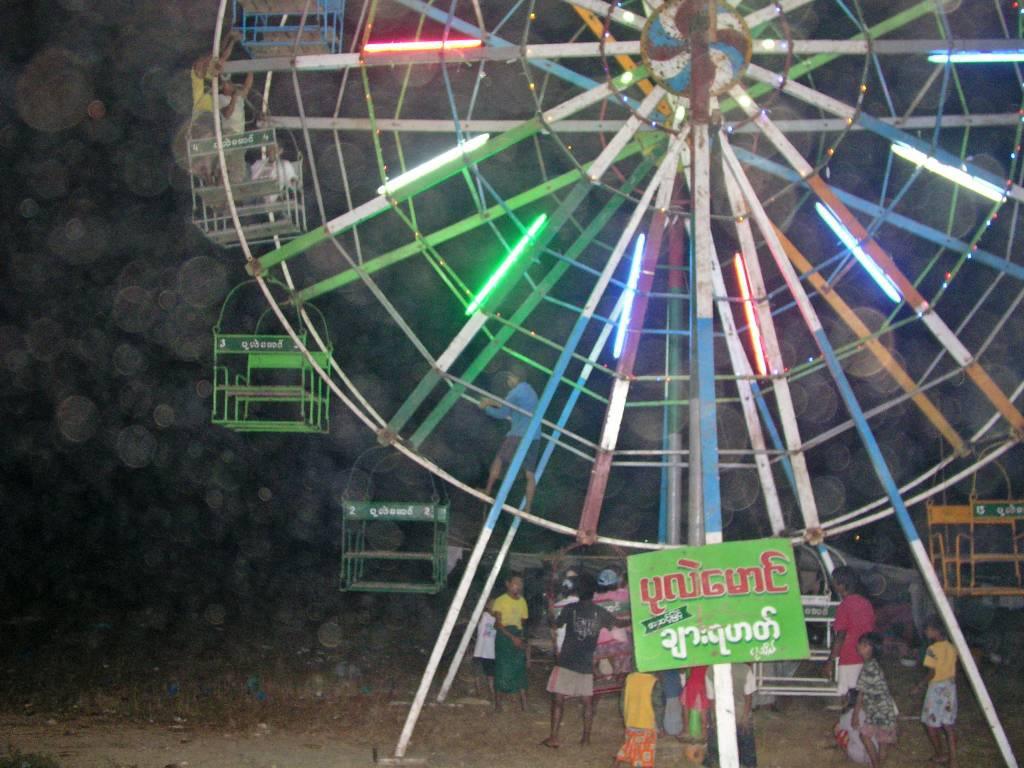 """Ngwe Saung, Kirmes, man beachte den """"Antrieb"""" im Rad"""