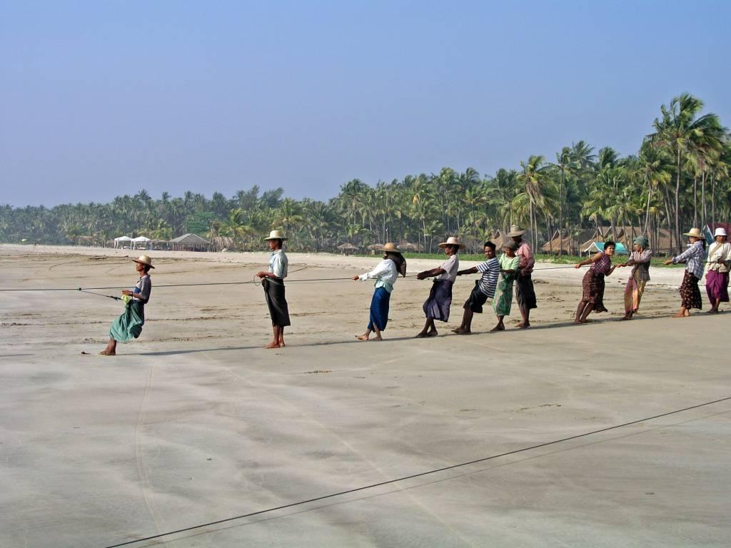 Ngwe Saung, die Dorfgemeinschaft beim gemeinsamen Fischen und Verteilen