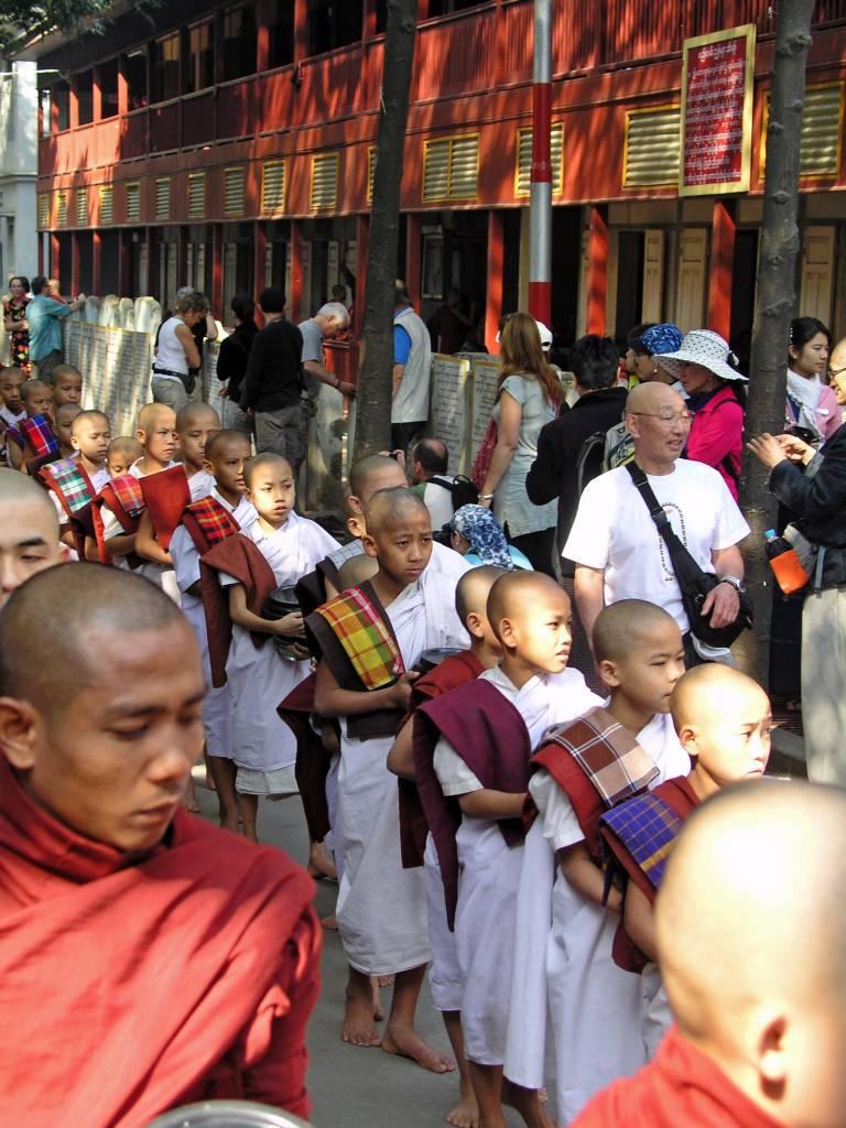 Amarapura, Mönchsspeisung im Mahagandhayon Kloster