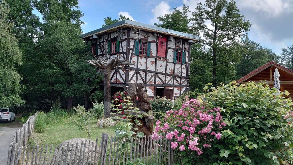 Thale, kopfstehendes Hexenhaus