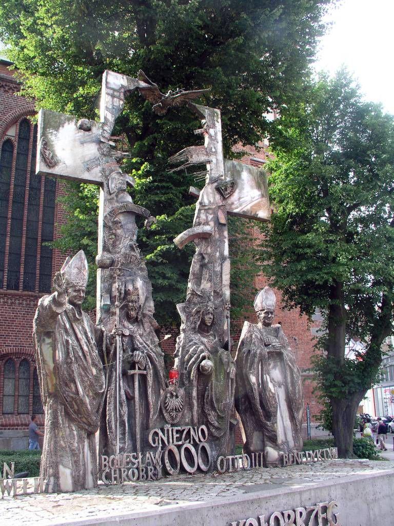 Kolberg (Kołobrzeg), Denkmal neben dem Dom (Der Akt von Gnesen)