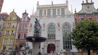 Danzig (Gdańsk), Neptunbrunnen mit Artushof