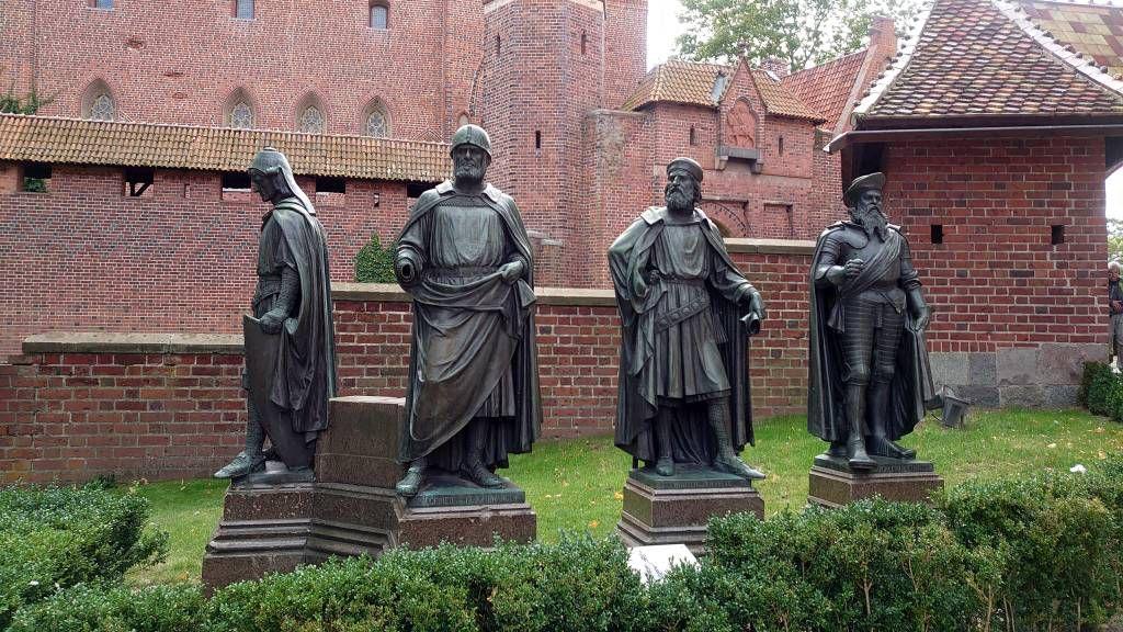 Malbork, Marienburg, Statuen von 4 Großmeistern