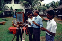 Hikkaduwa, Sunils Beach Hotel, Besprechung zwischen Fotograf und seinen Gehilfen