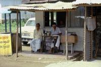 an der Strecke von Hikkaduwa über Galle, Weligama, Ella nach Nuwara Eliya, Schneider in Weligama
