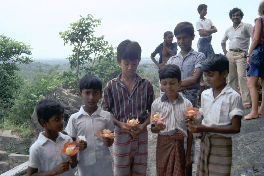 Motagedara, Kinder auf dem Weg zum Tempel