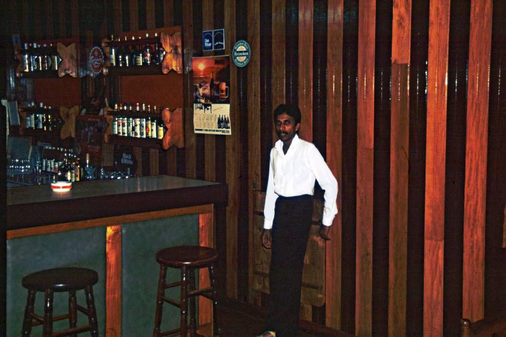 Hikkaduwa, Sunils Beach Hotel, Barkeeper vor seiner Bar