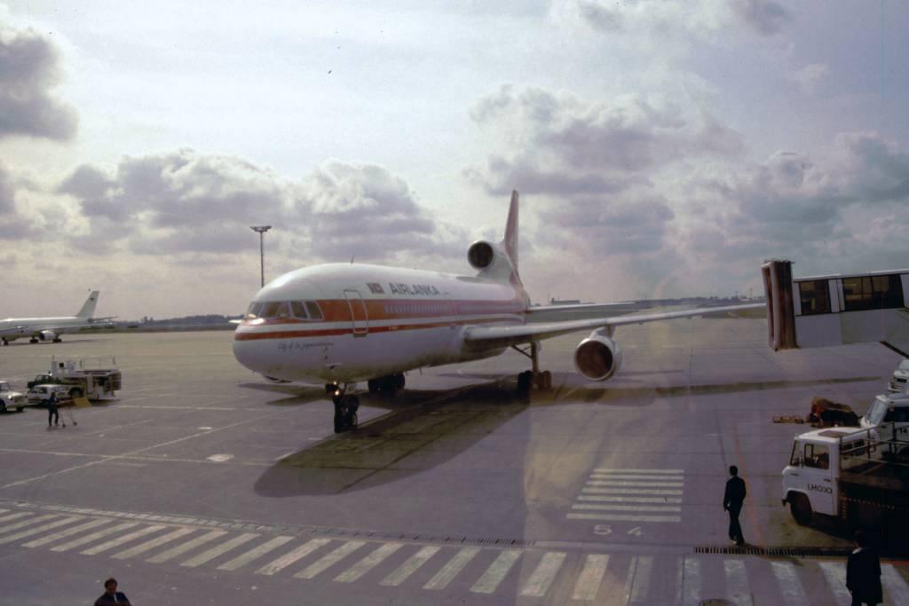 Schönefeld, unsere Airlanka Tristar für den Hinflug parkt vor dem Terminal