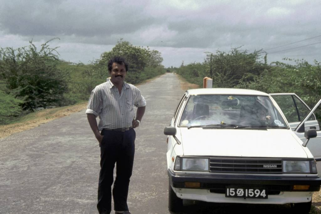 Kurz vor Hambantota, unser Fahrer Sarad mit Auto