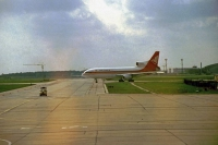 Schönefeld, unsere Airlanka Tristar für den Hinflug kommt vom Taxiway