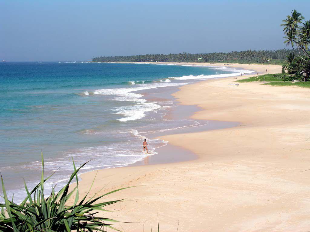 Strand vor dem Koggala Beach Hotel Richtung Norden. Bis zur Landspitze sind es knapp 4 Km. Zum Zeitpunkt der Aufnahme war das Hotel ausgebucht.