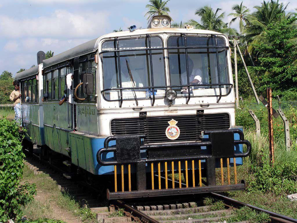 Alter indischer Schienenbus, kurz vor dem Bahnhof von Koggala